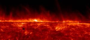 La surface du Soleil selon les données de la mission spatiale IRIS de la NASA, avec en fond la structure dynamique de l'atmosphère chauffée. © © Tahar Amari / Centre de physique théorique