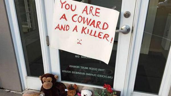 صورة التقطت من امام عيادة الطبيب الذي اعترف بقتل الأسد.
