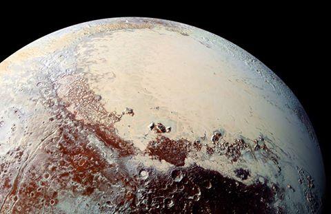 حفر وثقوب غريبية على سطح كوكب قزم بلوت