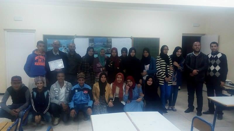 صورة جماعية لاعضاء النادي والمشاركين في الورشة التكوينية