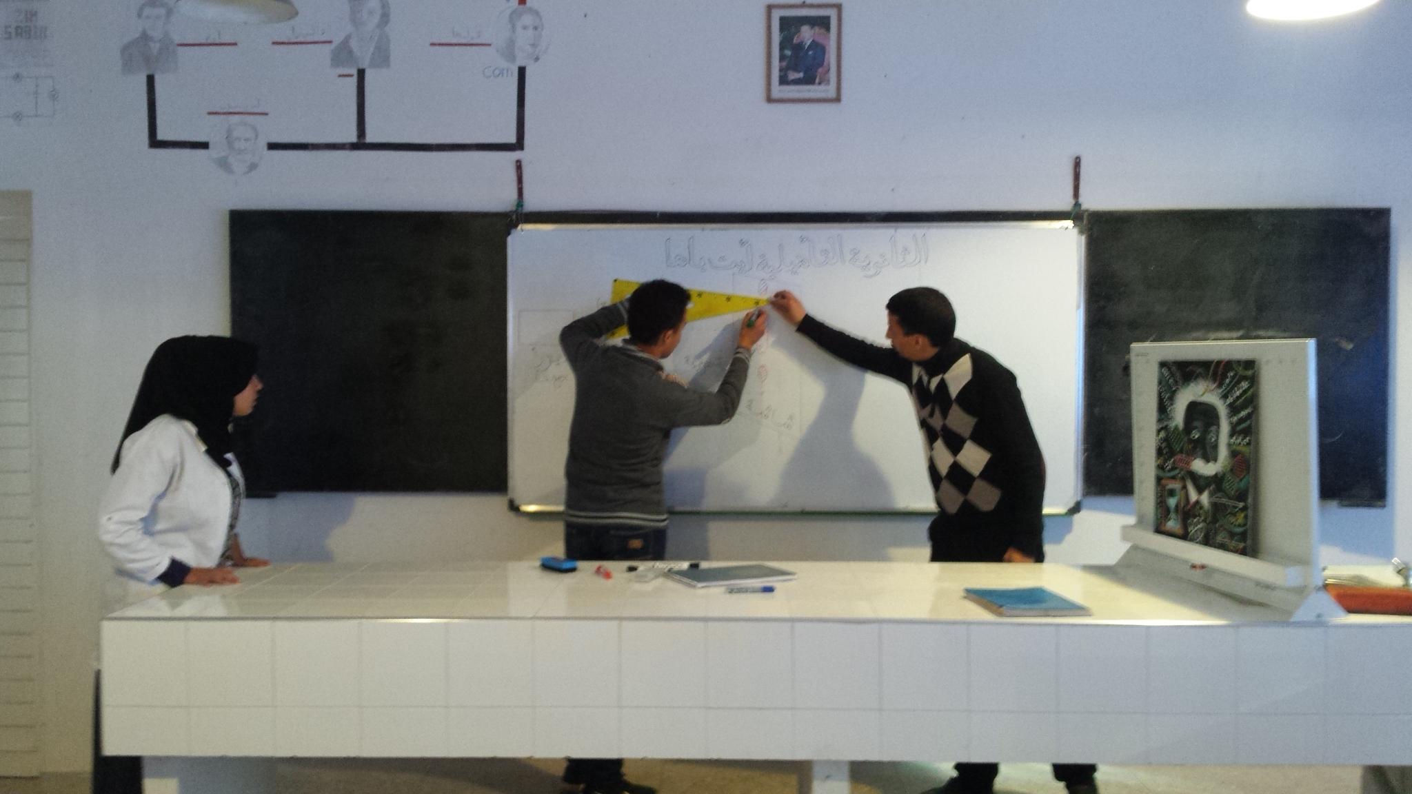 الاستاذ : رشيد جنكل رشيد رفقة التلاميذ أثناء التحضير لانجاز تجربة ظاهرة حيود الضوء chtoukaphysique