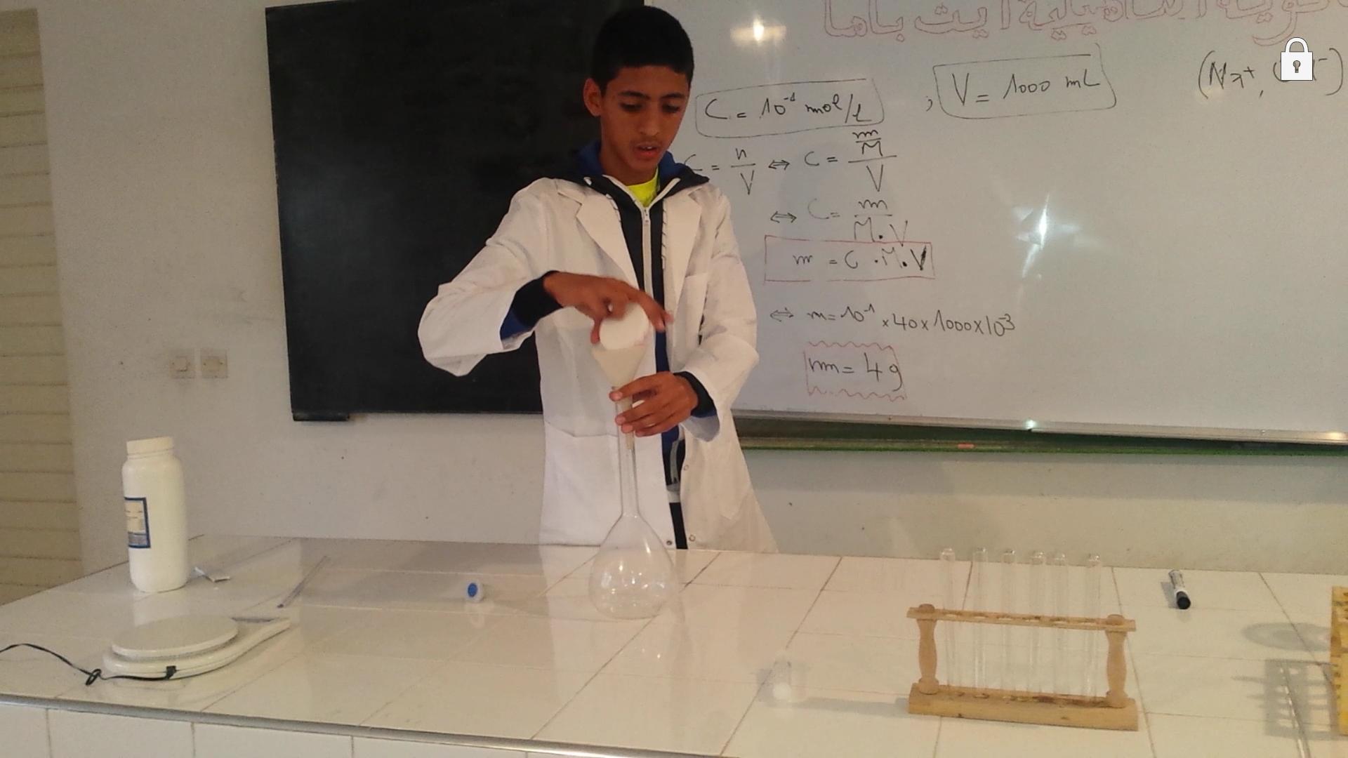 تحضير محلول من هيدروكسيد الصوديوم ذي تركيز معين عن طريق الذوبان