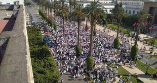 في هذه الاثناء اطباء المستقبل يجوبون شوراع الرباط احتجاجا على عدم التزام وزارتي الصحة والتعليم بالتزاماتها