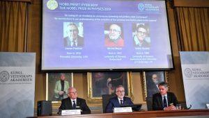 اثناء إعلان الأكاديمية الملكية السويدية للعلوم أسماء الفائزين بجائزة نوبل للفيزياء (رويترز)
